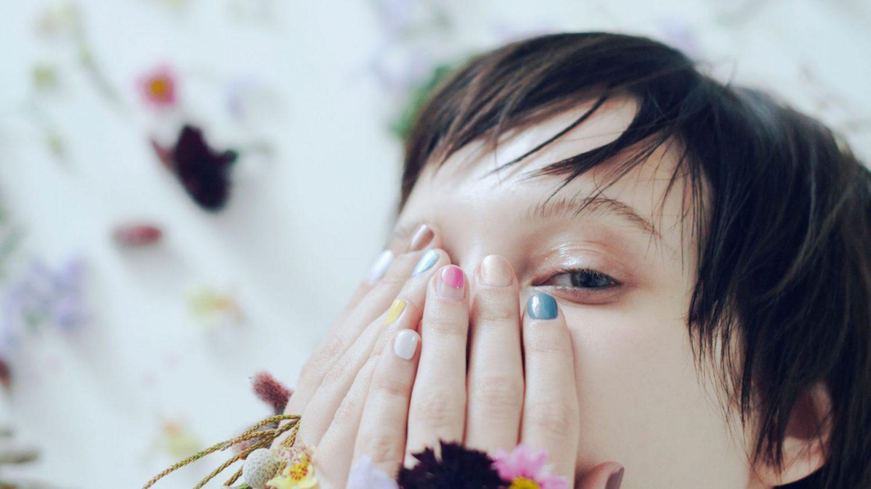 手元に花のようなカラーで遊び心を。