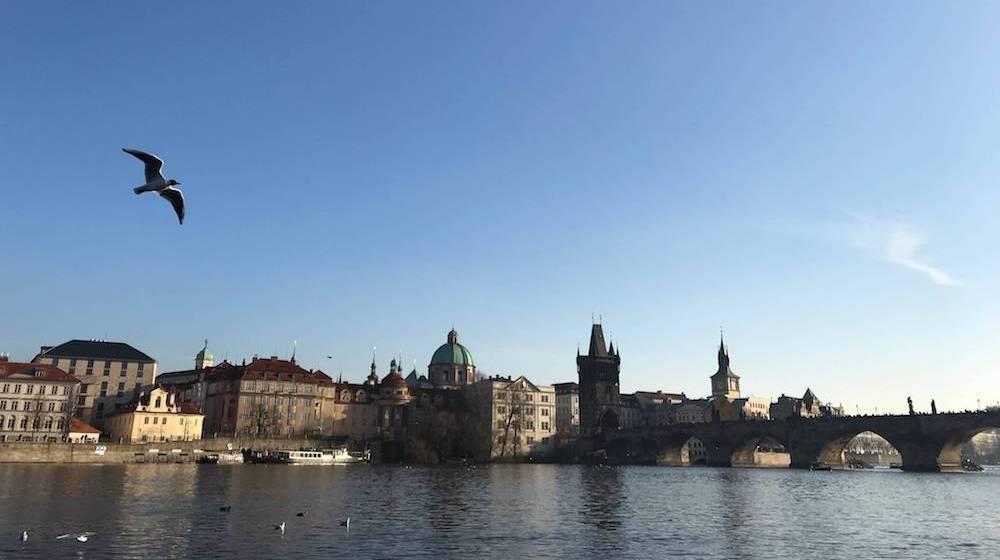 雲一つないのに影のあるチェコ旅